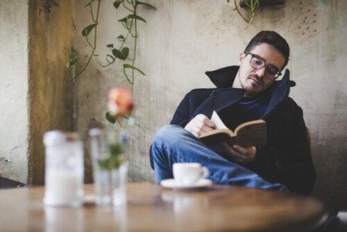Chico leyendo un libro en su casa.