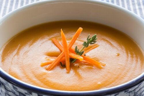Crema de zanahorias y naranja, una de las recetas con fruta para niños.