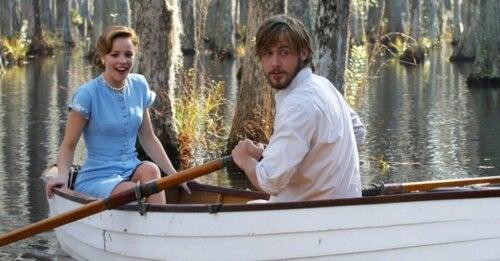 Protagonista de El Diario de Noa, una de las películas de amor más destacadas, dando un paseo en barca.