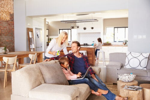 Familia en casa siguiendo las pautas para los padres que están con sus hijos 24 horas al día.