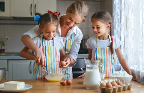 Madre cocinando junto a sus hijas durante el aislamiento por coronavirus.
