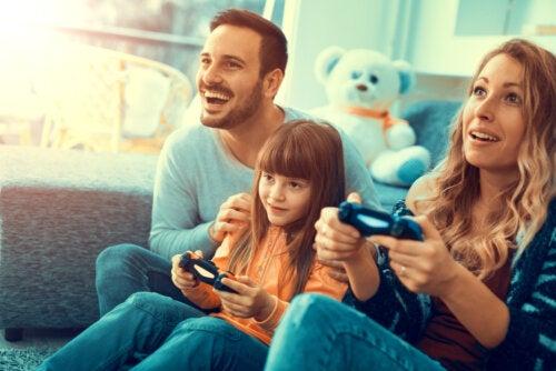 Familia jugando a videojuegos durante el aislamiento por el coronavirus.