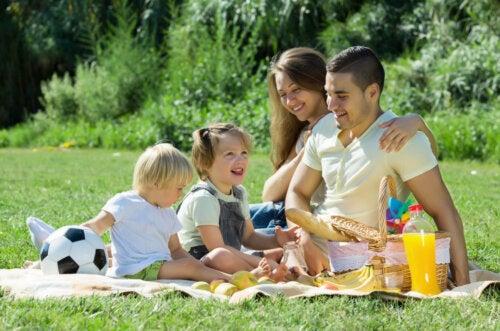 Familia de picnic en el campo.