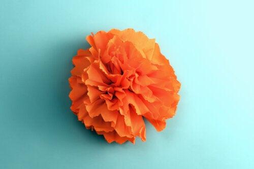Las flores de papel son una de las manualidad para celebrar la llegada de la primavera que puedes hacer junto a tus hijos.