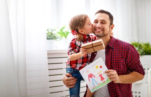 Hija dando a su padre un regalo por el Día del Padre.