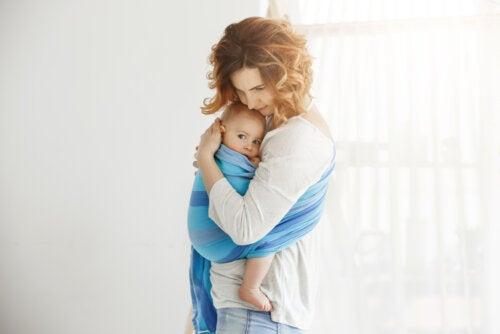 Madre abrazando a su bebé para crear un buen vínculo de apego.