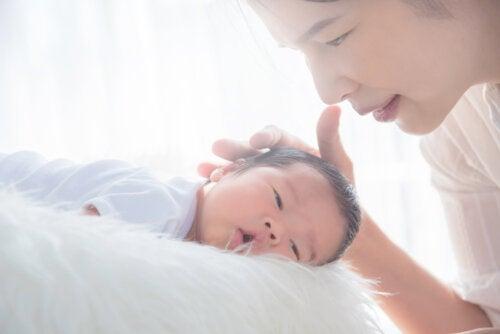 Madre haciendo una caricia a su bebé.