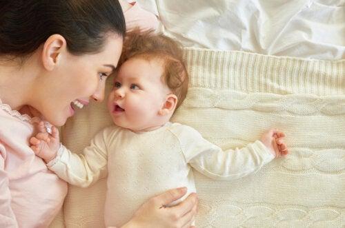 Mamá acompañado el sueño de su bebé en los tres primeros meses.