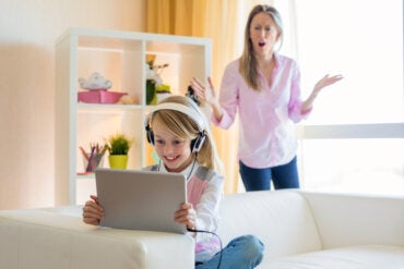 Cómo lidiar con la adicción a YouTube de tu hijo adolescente