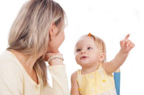Madre hablando con su hija para estimular la fluidez verbal.