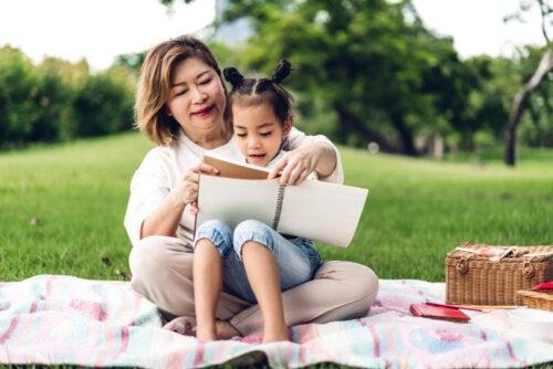 Madre e hija leyendo uno de los libros de la Colección Iguales.