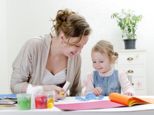 Madre e hija haciendo manualidades, una de las actividades que refuerzan la relación entre padres e hijos.