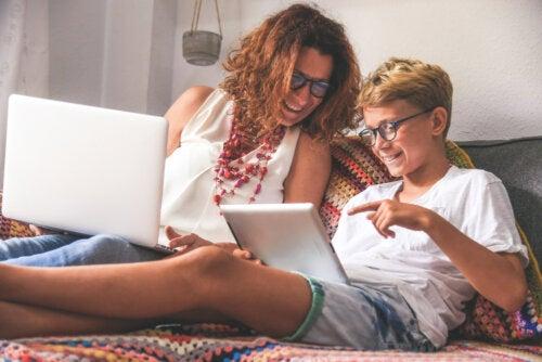 Madre e hijo viendo los contenidos de la iniciativa Aprendemos en casa.