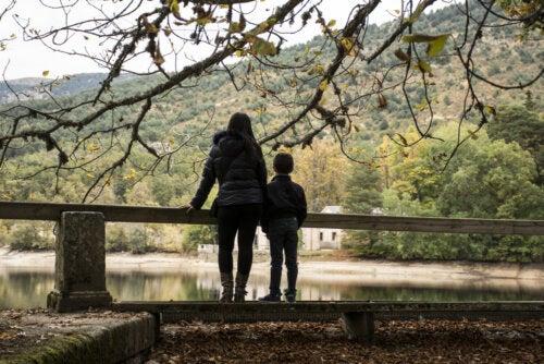 Madre con su hijo de excursión por el campo.