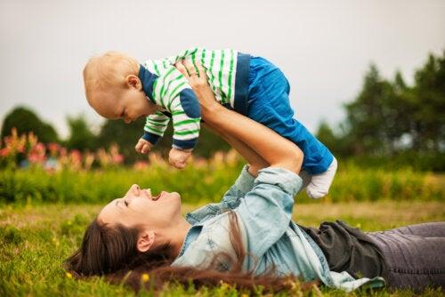 Madre jugando con su bebé intentando aprender a educar desde la mirada de un niño.