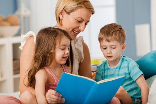 Madre leyendo a sus hijos libros infantiles para sobrellevar el aburrimiento en cuarentena.