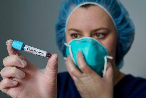 Médico con una muestra de sangre que ha dado positivo en coronavirus.