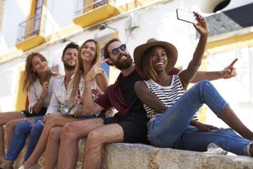 Millennials haciéndose un selfie.