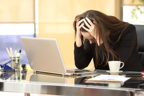 Mujer estresada por culpa del trabajo y el embarazo no llega.