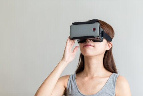 Mujer visitando las cuevas de Altamira mediante la realidad virtual.