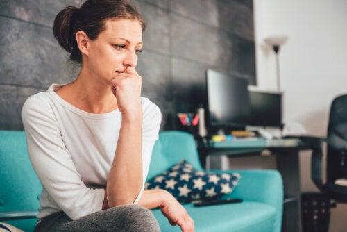 Mujer preocupada por que su ansiedad no afecte a sus hijos.