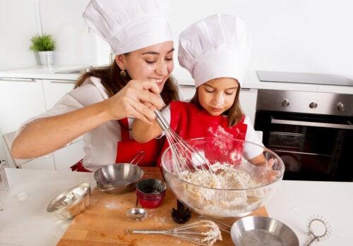 Niña ayudando a su madre a cocinar.