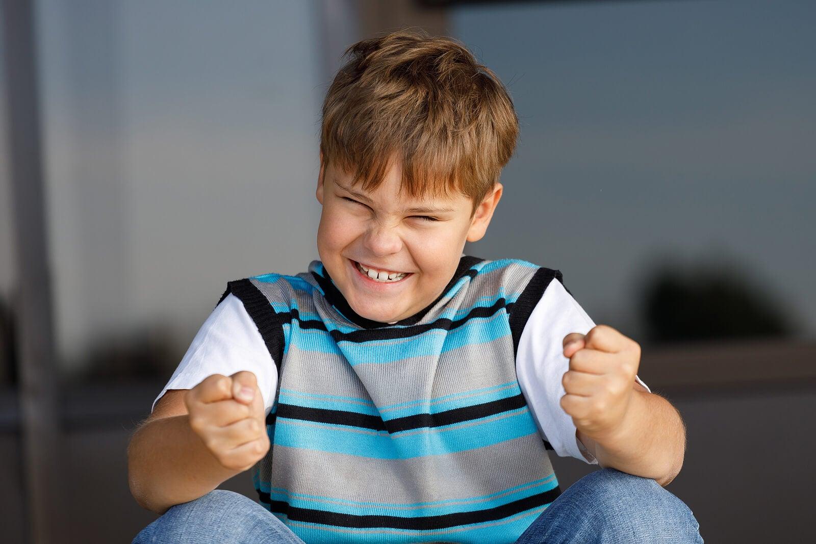Alumno contento tras trabajar su autoestima en el aula.