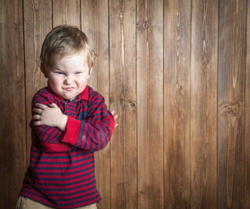 Niño enfadado cruzado de brazos con el que utilizar algunas frases para calmarlo.