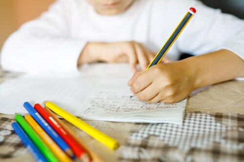 Por qué es bueno que tus hijos aprendan a escribir a mano