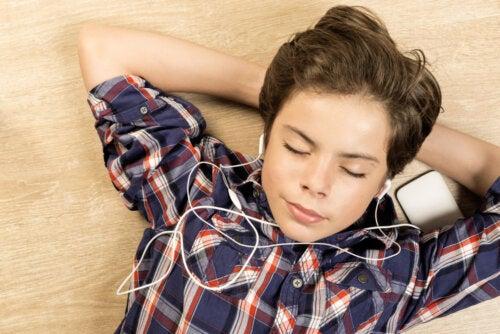 Niño escuchando música para afrontar la cuarentena.