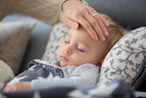 Niño con fiebre debido a que padece eritema infeccioso.