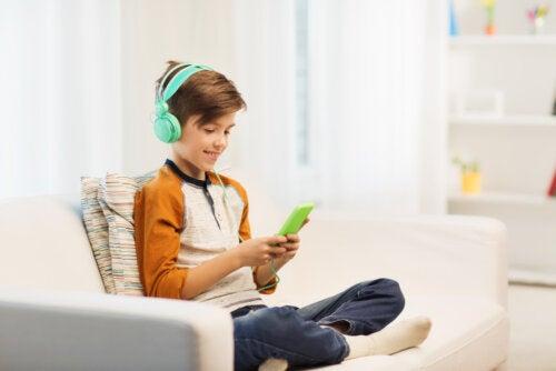Niño jugando con el móvil con una de las Apps gratuitas para jugar con sus amigos.
