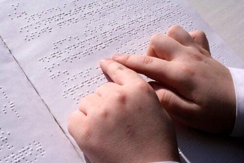 Niño leyendo en braille debido a su discapacidad visual.