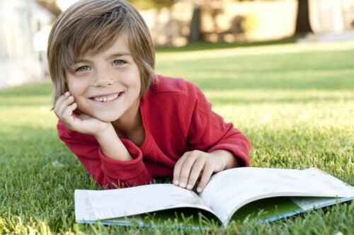 Niño leyendo alguno de los libros de Gianni Rodari, llenos de humor, fantasía y juegos.