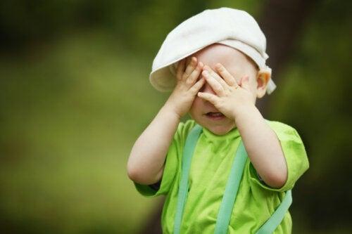 Niño haciendo una de las actividades para trabajar con niños con discapacidad visual.
