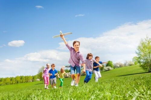 Niños jugando en la naturaleza.