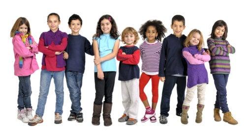 Niños posando para una foto después de aprender habilidades no cognitivas.