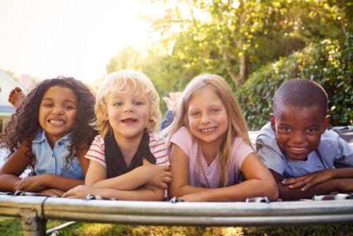 Niños sonriendo y aprendiendo qué son las habilidades blandas.