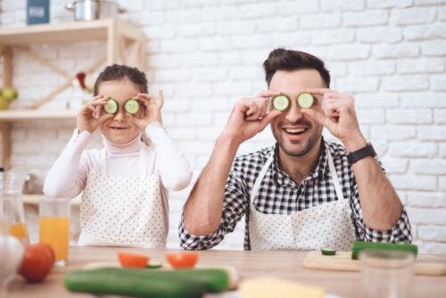 Padre el hija cocinando juntos en el Día del Padre.