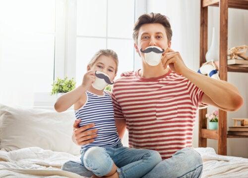 Padre e hija haciendo planes juntos el Día del Padre.