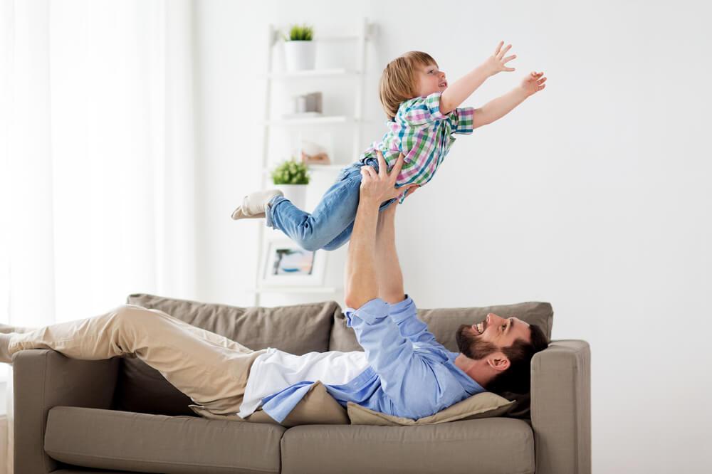 El juego bruto con papá es bueno para tus hijos