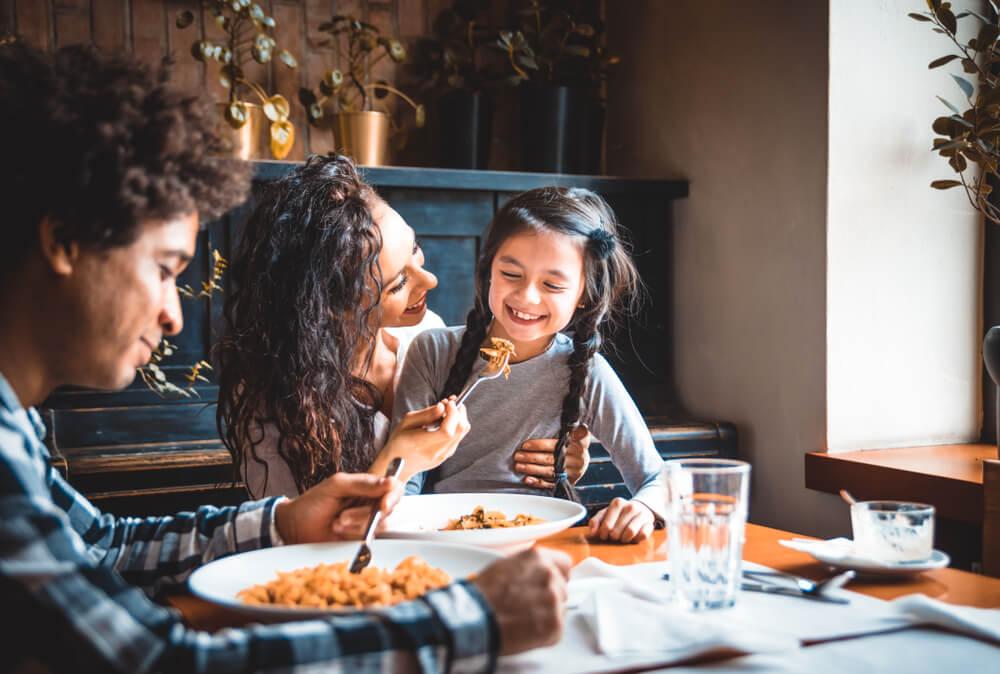 Por qué acostumbrar a los niños a comer igual que un adulto