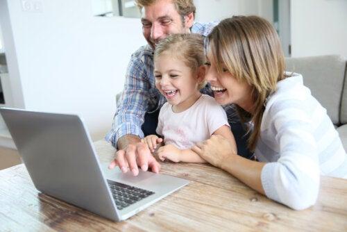 Padres con su hija contándole el cuento Rosa contra el virus para explicarle la situación que nos toca vivir.