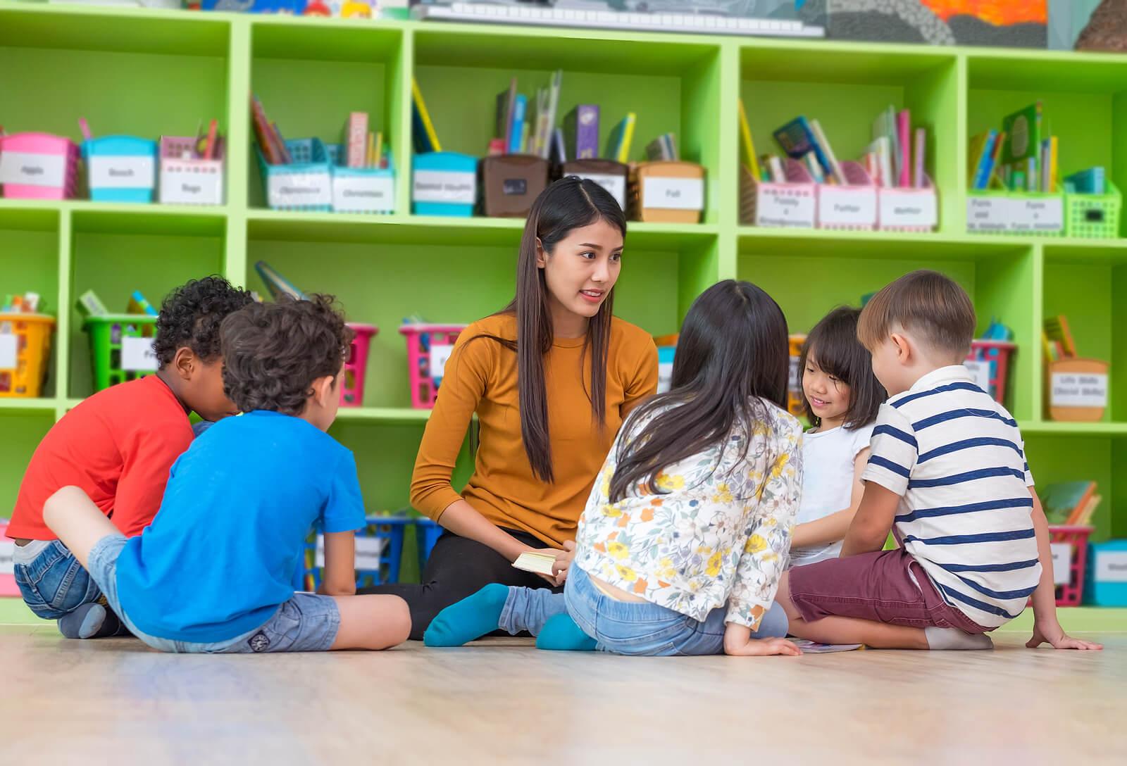 Profesora con sus alumnos manteniendo relaciones positivas con los niños.