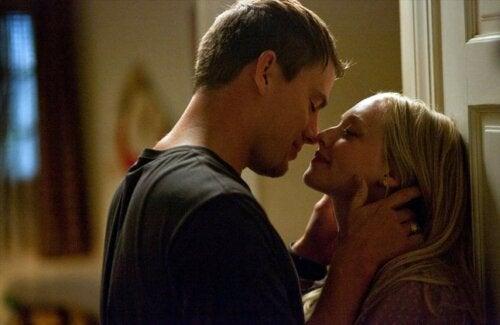 Protagonistas de la película Querido John a punto de darse un beso.