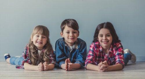 Tres hermanos sonriendo.