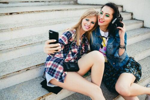 Chicas adolescentes haciéndose una foto para Snapchat.