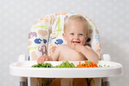 Bebé comiendo solo con las manos.