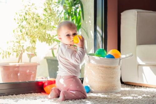Bebé jugando con El cesto de los tesoros.