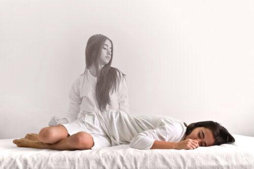 Chica adolescente sufriendo parálisis del sueño.